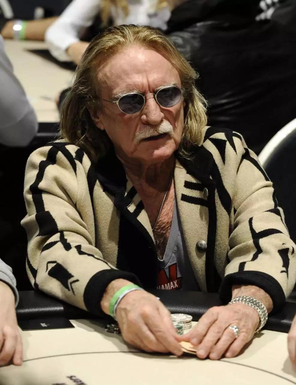 La table de poker et les jetons du chanteur Christophe ont vendus aux enchères